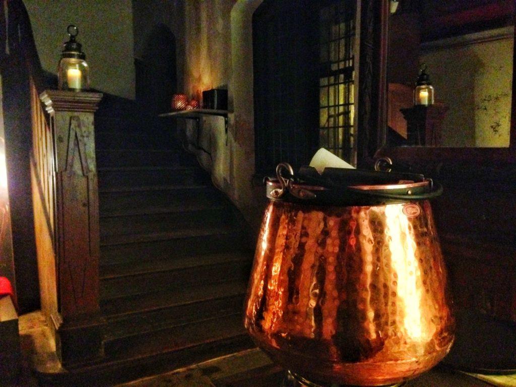 Das Vestibül erstrahlt im Kerzenschein.