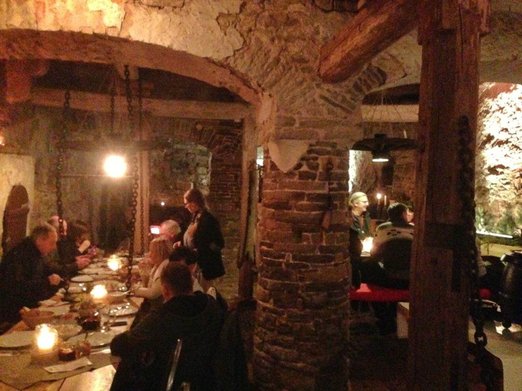 Der Turmkeller ist der Ort der leckeren Speisen und der richtige Ort für den Kupferkessel mit der duftenden Feuerzangenbowle.
